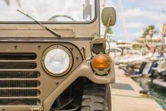Gamla SUV är mitt emot de lyxiga yachterna för aktieägaren royaltyfria bilder