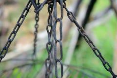 Gamla, svarta rostiga järnkedjor Arkivbild