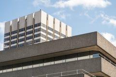 Gamla 60-tal70-talbyggnader i London Arkivbild