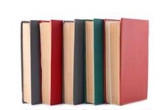 Gamla tappningböcker som isoleras på vit bakgrund arkivfoton