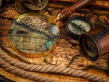 Gamla tappningkompass- och navigeringinstrument på forntida översikt fotografering för bildbyråer