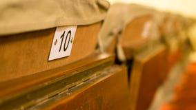 Gamla teaterstolar med nummer och den lilla tabellen royaltyfri fotografi