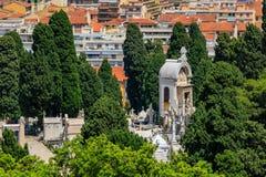 Gamla tegelplattatak i den gamla staden Vieille Ville och gravar p? kyrkog?rden p? slottkullen i det trevliga franska Riviera skj arkivbild