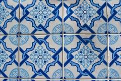 Gamla tegelplattor av Portugal, detalj av en klassisk azulejo för keramiska tegelplattor arkivbild