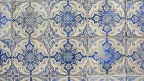 Gamla tegelplattor av Portugal, detalj av en klassisk azulejo för keramiska tegelplattor stock video