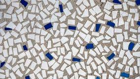 Gamla tegelplattor i betong, mosaik, bruten keramik i byggnaden Bakgrund av ett hus i staden Fotografering för Bildbyråer
