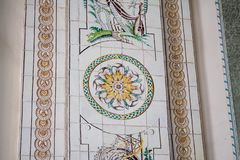 Gamla tegelplattor med cirkelprydnaden royaltyfria bilder
