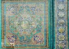 Gamla tegelplattor med traditionella persiska modeller på historisk moské av Iran Arkivfoton