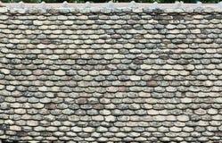 Gamla tegelplattor på taket royaltyfri bild