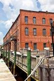 Gamla tegelstenhus på hamnen Arkivfoto
