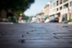 Gamla tegelstenpavers på Front Street i Natchitoches royaltyfria bilder