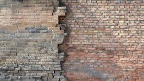 Gamla tegelstenväggar förbinder de nya tegelstenväggarna arkivbild