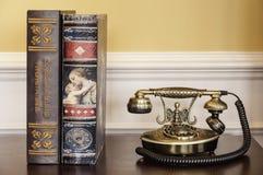 Gamla telefon och böcker Royaltyfria Foton