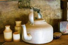 Gamla tenn- kokkärl och lergodskrukor och tillbringare royaltyfri bild