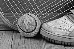 Gamla tennisboll och gymnastikskor Arkivbild