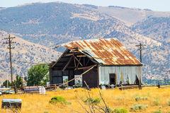 Gamla Tin Building In Disrepair arkivfoto