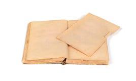Gamla tomma öppnar boken med en sönderriven sida royaltyfri bild