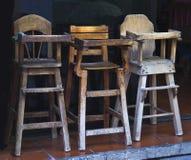 Gamla trä behandla som ett barn highchairs i restaurangen Royaltyfria Foton