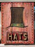Gamla trä- & red ut hattar undertecknar in den gamla staden Royaltyfri Foto
