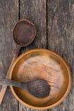 Gamla träbunke och skedar Arkivbild