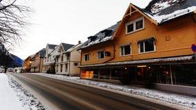 Gamla träbyggnader av den huvudsakliga gatan Arkivfoton