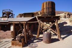 Gamla träbyggnader i den Death Valley spökstaden fotografering för bildbyråer
