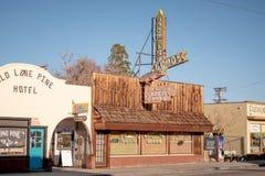 Gamla träbyggnader i den historiska byn av ensamt sörjer - ENSAMT SÖRJA CA, USA - MARS 29, 2019 royaltyfri fotografi