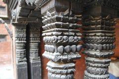 Gamla träcarvings på kolonn av templet i Katmandu, Nepal arkivfoton