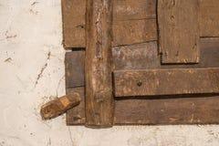 Gamla trädörrlås och låser Arkivfoton