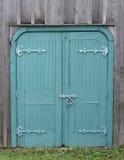 Gamla trädubblettblåttdörrar Arkivbild