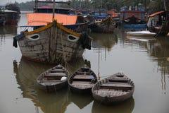 Gamla träfartyg och skepp i kanal i Asien vietnam Royaltyfria Bilder