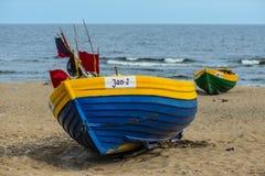 Gamla träfiskebåtar i Jantar, Polen royaltyfri bild