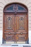 Gamla träFront Door av ett lyxigt radhus Arkivbild
