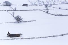 Gamla trähus i en bergby i Rumänien Royaltyfria Foton