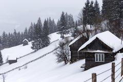 Gamla trähus i en bergby i Rumänien Fotografering för Bildbyråer