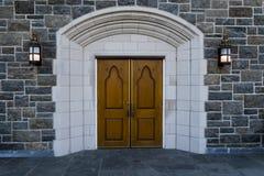 Gamla träkyrkliga dörrar med stenhuggeriarbetet Royaltyfri Foto