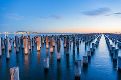 Gamla träpyloner av den historiska prinspir i port Melbourne arkivfoton