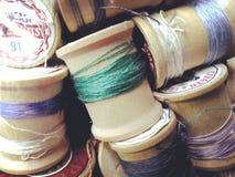 Gamla trärullar av tråden i en grupp Arkivbilder