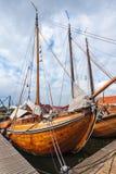 Gamla träsegelbåtar i Nederländerna Arkivbilder