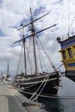 Gamla träsegelbåtar som anslutas i hamnen royaltyfria bilder