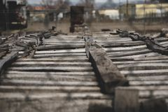 Gamla träspjällådor i industriell gård till och med ett staket för kedjesammanlänkning royaltyfri foto