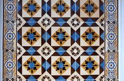 Gamla traditionella tegelplattor i Lissabon Arkivbild