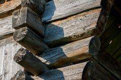 Gamla traditionella träladugårdstrålar och skarvar royaltyfria bilder