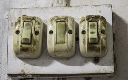 Gamla tre och smutsig strömbrytare för ljus kula Arkivfoton