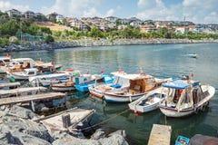 Gamla träfiskebåtar som förtöjas i liten port Fotografering för Bildbyråer