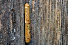 Gamla träplankor med gångjärnet Arkivfoton