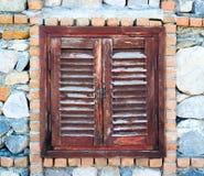 Gamla trästängda fönsterslutare Arkivbilder