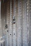 Gamla Tudor House Door med knackaren fotografering för bildbyråer