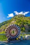 Gamla turbinblad från den elektriska fördämningen för gummilackaEmosson Hydro som tjänar som som en modern konstinstallation, Fin fotografering för bildbyråer