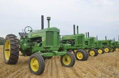 Gamla två cylinderJohn Deere traktorer Royaltyfri Fotografi